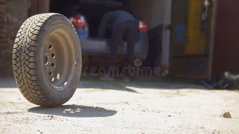 Bilhjul som framme rullar på jordningen av bilgaraget royaltyfri foto