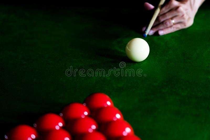 Biliardo dello snooker del gioco o giocatore pronto per il colpo della palla, stecca della struttura di apertura di scossa dell'u fotografie stock libere da diritti