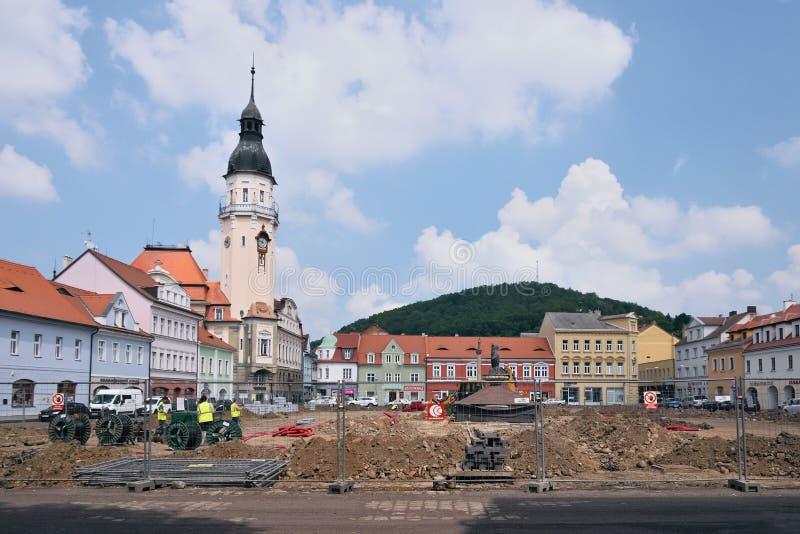 Bilina Tjeckien - Maj 12, 2018: historiska hus på den Mirove namestien kvadrerar under generallrekonstruktion i vår arkivfoto