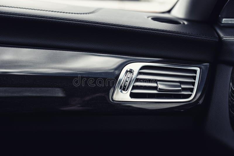 Bilinre med närbild av hål för ventilationssystem och att betinga för luft Begreppstapet för auto betinga för luft royaltyfri bild