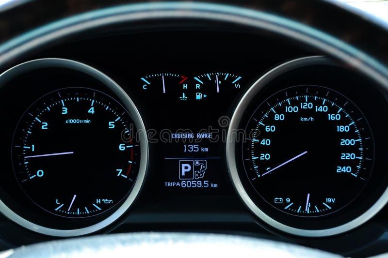 Bilinstrumentbräda med instrument och visartavlahastighetsmätaretakometern, bränslemått, motortemperatur, oljatemperatur, amperem arkivbilder