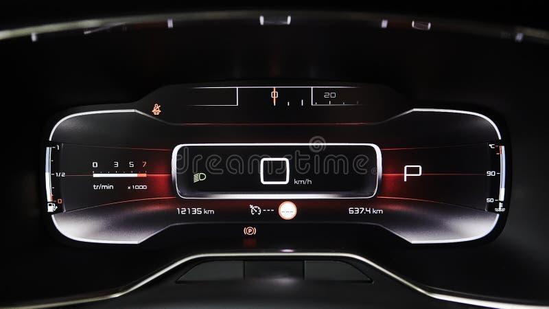 Bilinstrumentbrädapanel med hastighetsmätaren, takometern, vägmätaren, bränslemåttet och kugghjulpositionsindikatorn royaltyfri foto