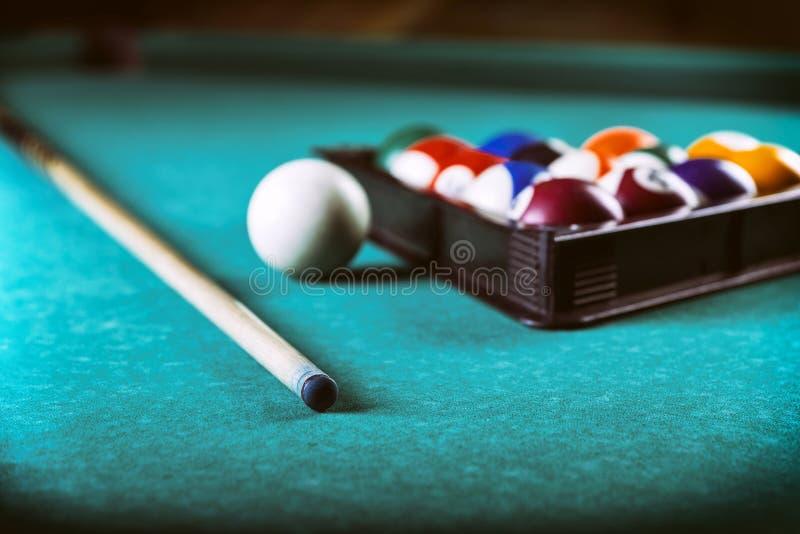 Biljardbollar och stickreplik på pölbilliardtabellen Billiardsportbegrepp royaltyfri fotografi