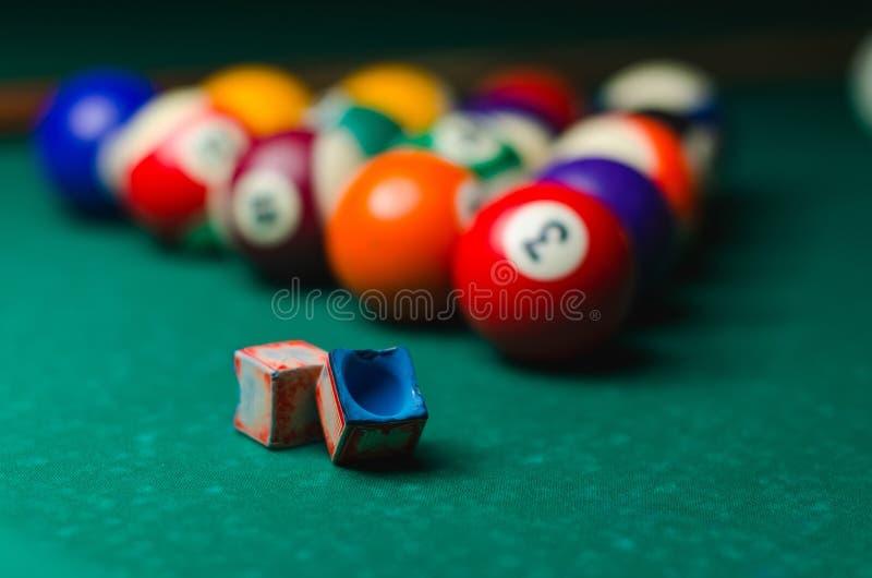 Biljartballen in een groene poollijst stock foto's