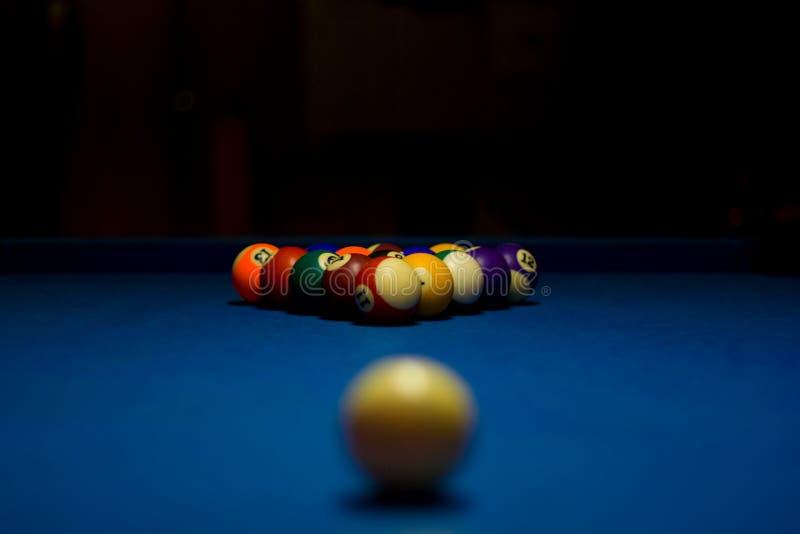 Biljartballen met witte bal stock afbeeldingen
