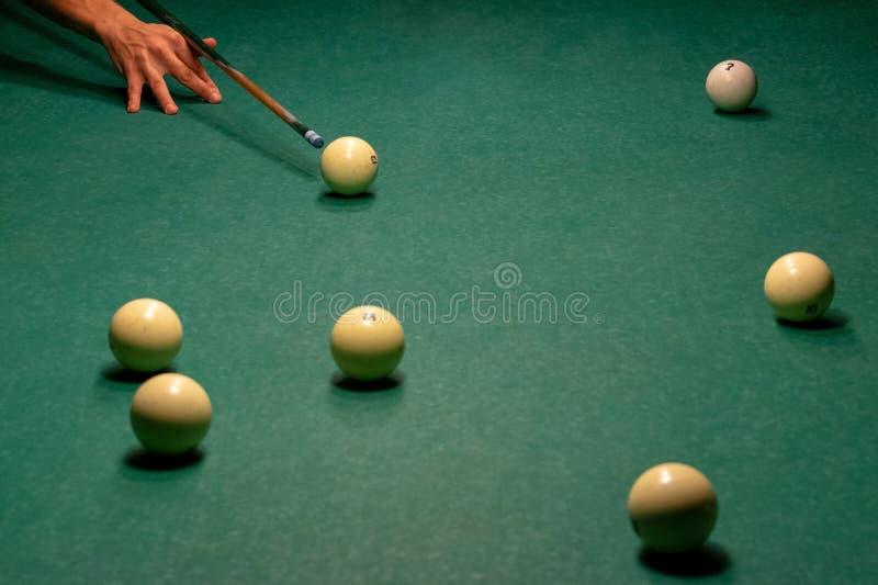 Biljartballen op een groene poollijst royalty-vrije stock foto