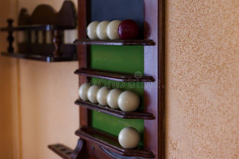 Biljartballen op een Raad op de muur royalty-vrije stock afbeelding