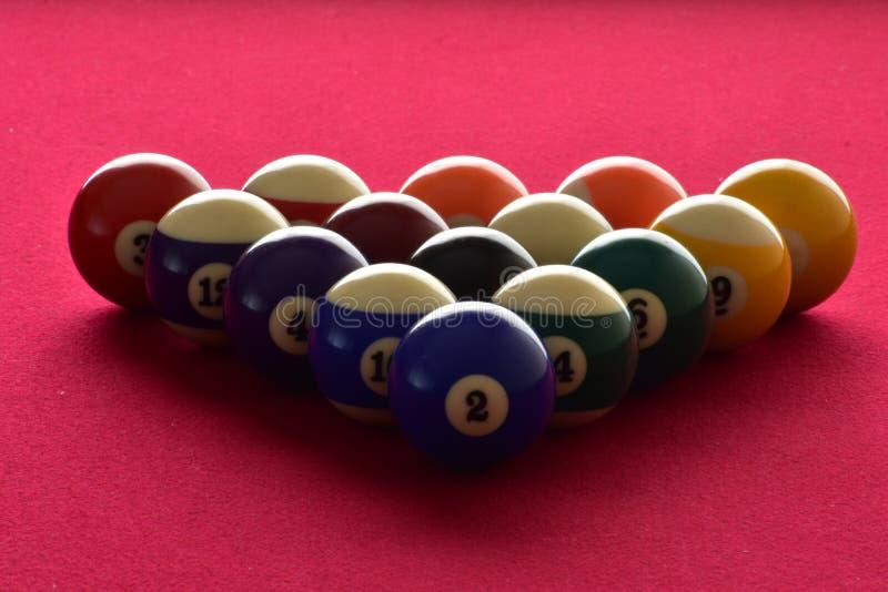 Biljartballen op een rood gevoelde poollijst stock foto