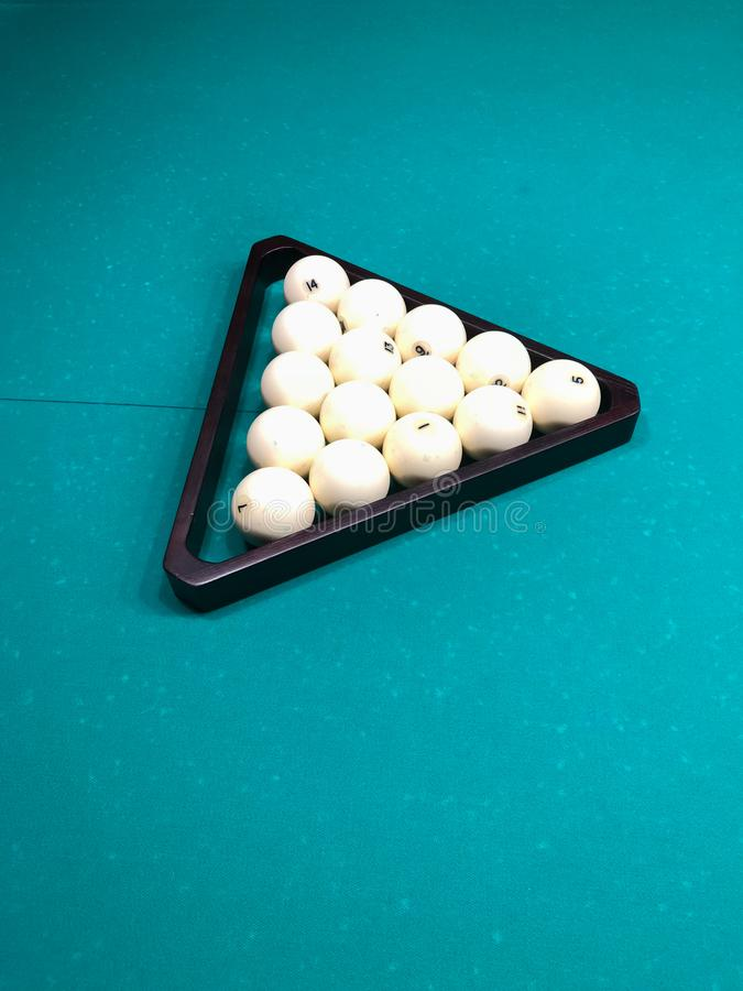 Biljartballen voor Russisch biljart in een houten driehoek op een groen laken royalty-vrije stock afbeelding
