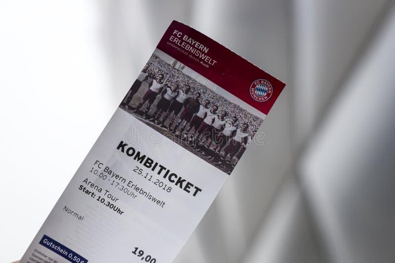 Biljett som besöker museet och Allianz Arenastadion i bakgrunden av stadion arkivfoto