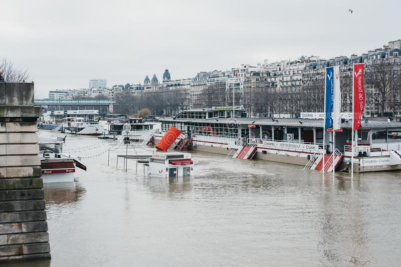 Biljettbås som döljas under lyftta vattennivåer av floden Seine i Paris, Frankrike arkivbild