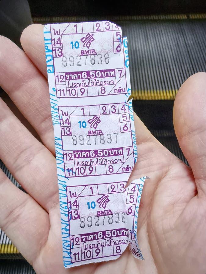 Biljetter för biljettpris för buss för handinnehav offentliga fotografering för bildbyråer