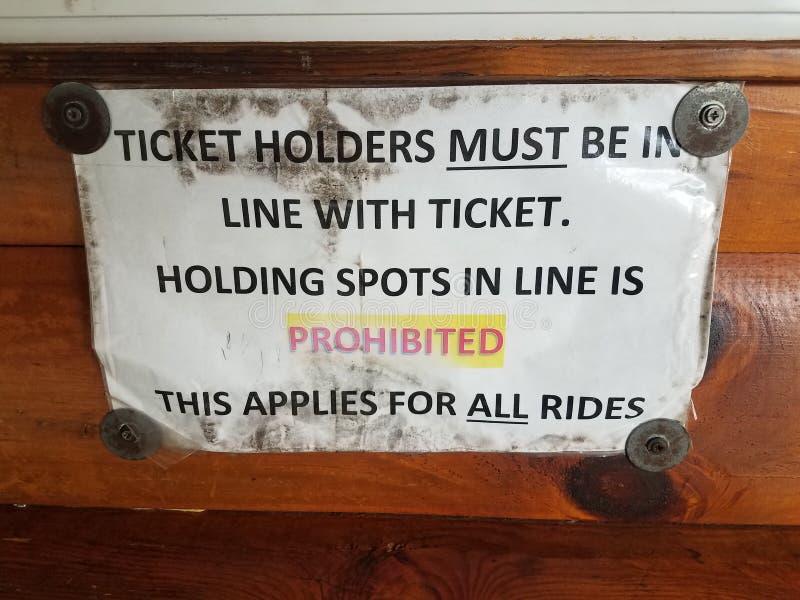 Biljetthållare måste vara i överensstämmelse med biljett som hållande fläckar är det förböd tecknet royaltyfria bilder