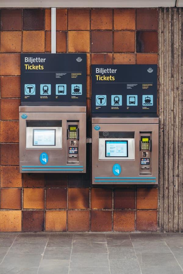 Biljettmaskiner för köpande gångtunnel- och bussbiljetter monterade på en vägg på den Gärdet gångtunnelstationen arkivfoton
