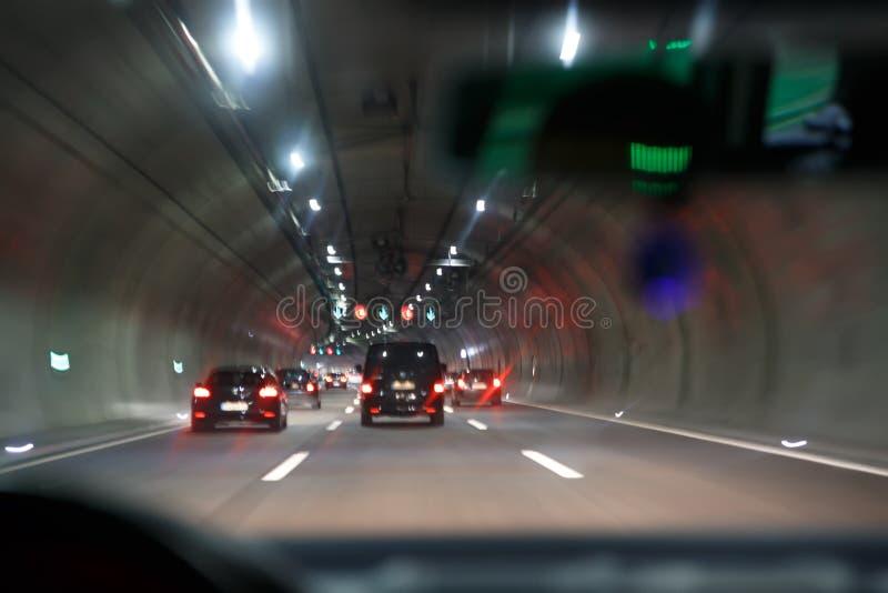 Bilkörning genom hela tunnelen; huvudvägtunnel på natten arkivbild
