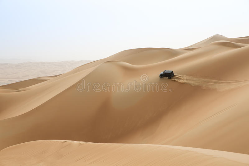 Bilkörning i Rubal Khali Desert på den tomma fjärdedelen, i Abu royaltyfri foto