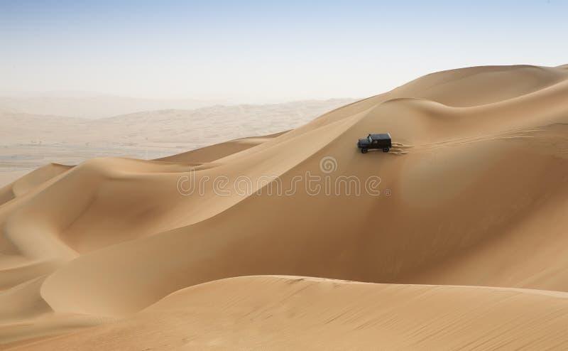 Bilkörning i Rubal Khali Desert på den tomma fjärdedelen, i Abu arkivbilder