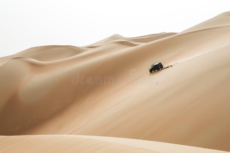 Bilkörning i Rubal Khali Desert på den tomma fjärdedelen, i Abu fotografering för bildbyråer