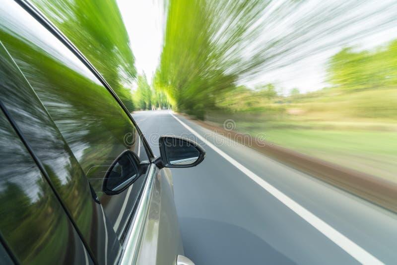 Bilkörning med suddighet för snabb rörelse arkivfoton