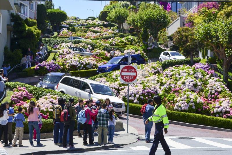 Bilkörning ner Lombardgatan i San Francisco, CA - Juli 13, 2013 royaltyfri foto