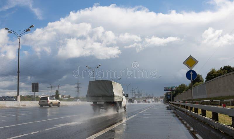 Bilkörning på huvudvägen efter regn royaltyfri foto
