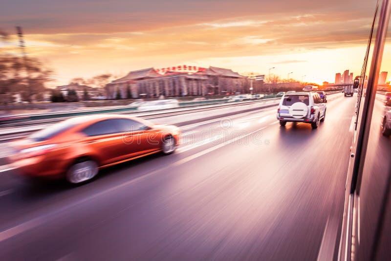 Bilkörning på motorväg på solnedgången royaltyfri fotografi