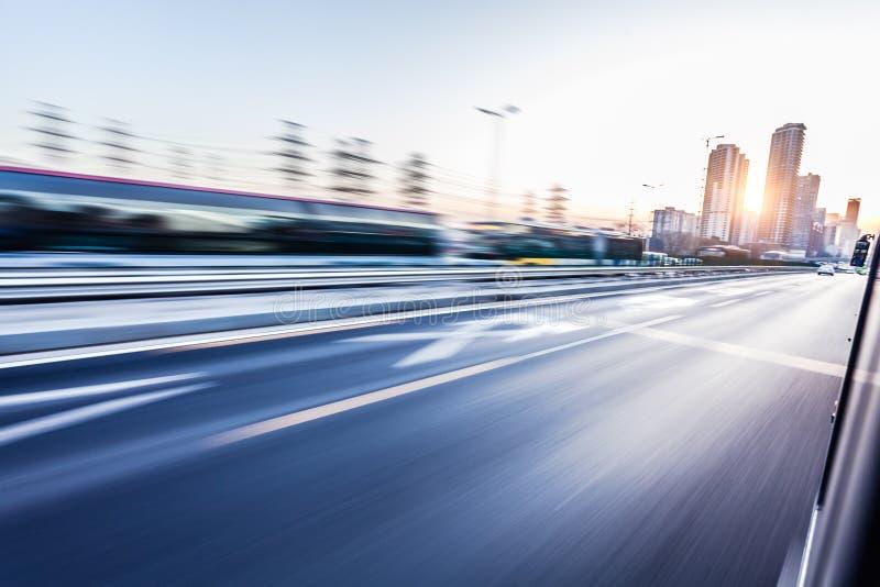 Bilkörning på motorvägen, rörelsesuddighet royaltyfria foton