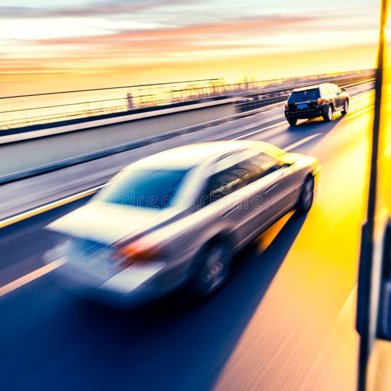 Bilkörning på motorvägen, rörelsesuddighet arkivfoton