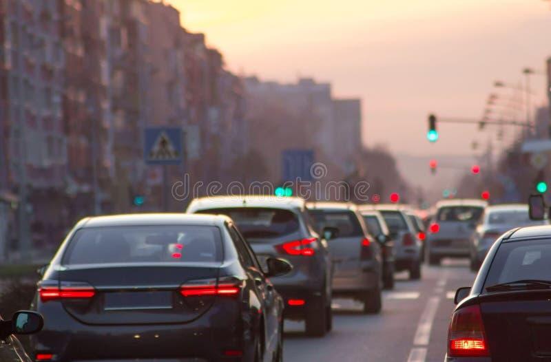 Bilkörning på stadsgatatrafikstockning royaltyfri fotografi