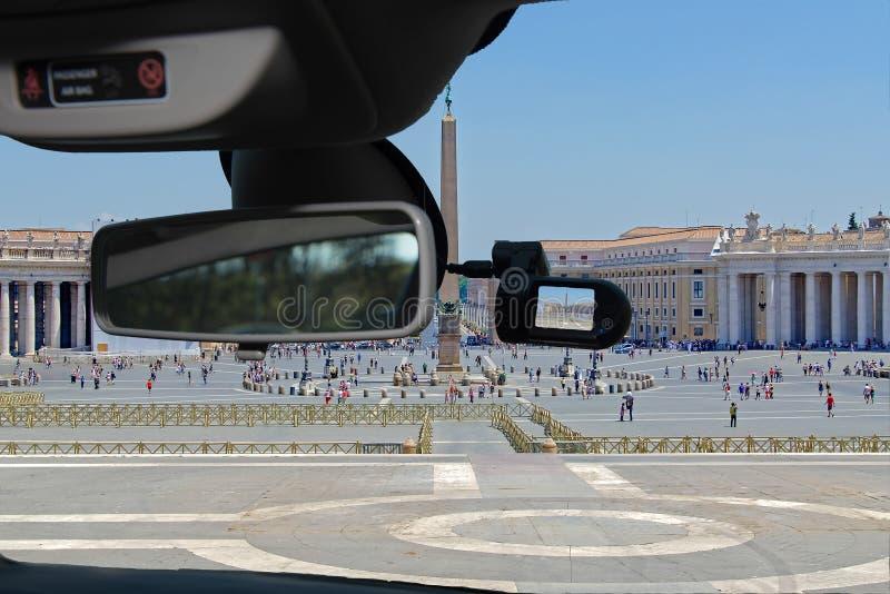 Bilkamera med sikt av St Peter & x27; s-fyrkant, Rome, Italien royaltyfri fotografi