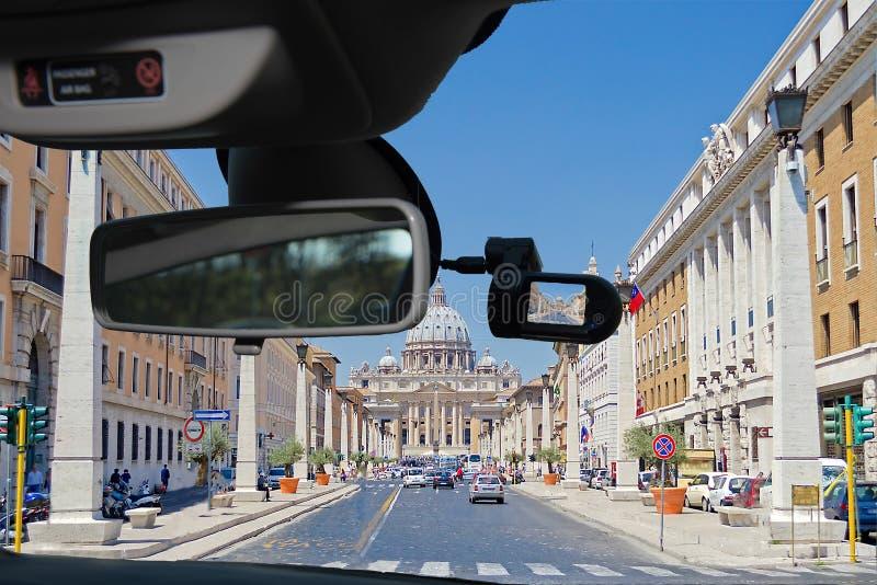 Bilkamera med sikt av St Peter & x27; s-kyrka, Rome, Italien arkivfoto