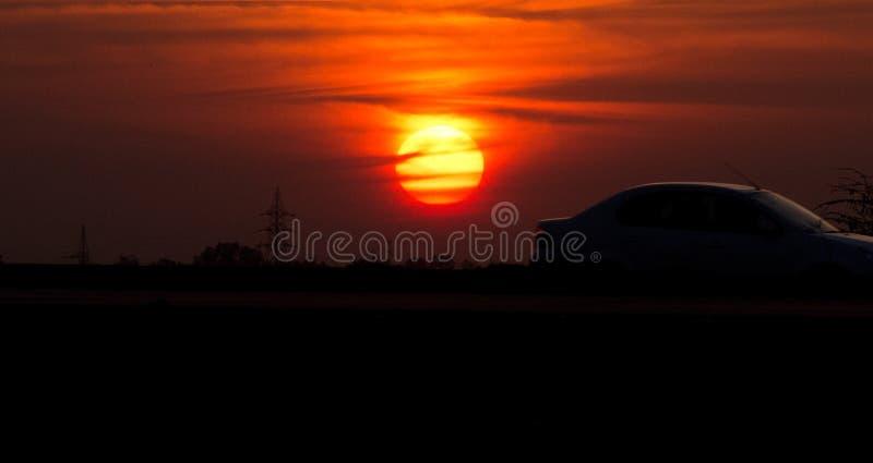 Bilkorsning på den indiska huvudvägen på solnedgången fotografering för bildbyråer