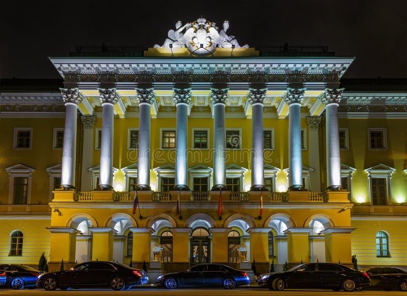Bilkortege av utövande svarta bilar på ingången till historisk byggnad för hotell, Neva invallning, St Petersburg arkivbilder
