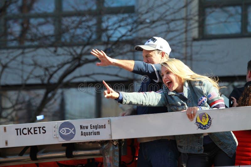 Bill Belichick und seine Freundin Linda Holliday waren auf New England Patriots-Super Bowl-Meisterschafts-Parade lizenzfreie stockbilder