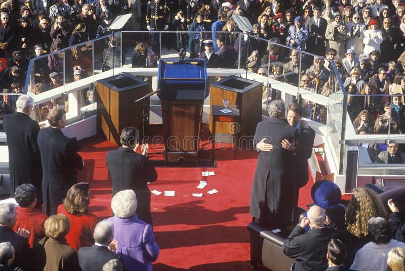 Bill Clinton den 42nd presidenten, omfamnar Al Gore på invigningdagen 1993, Washington, DC royaltyfri fotografi