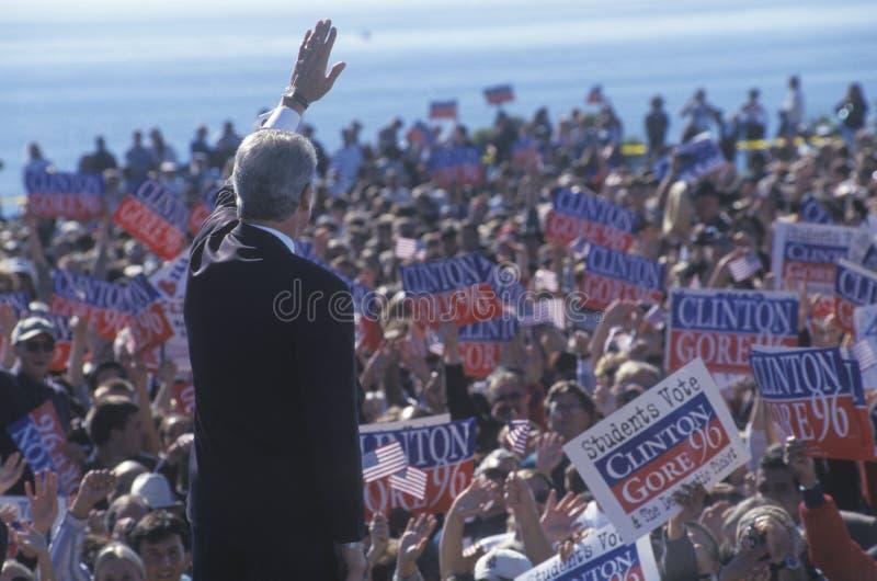 Bill Clinton que acena adeus para aglomerar-se foto de stock royalty free