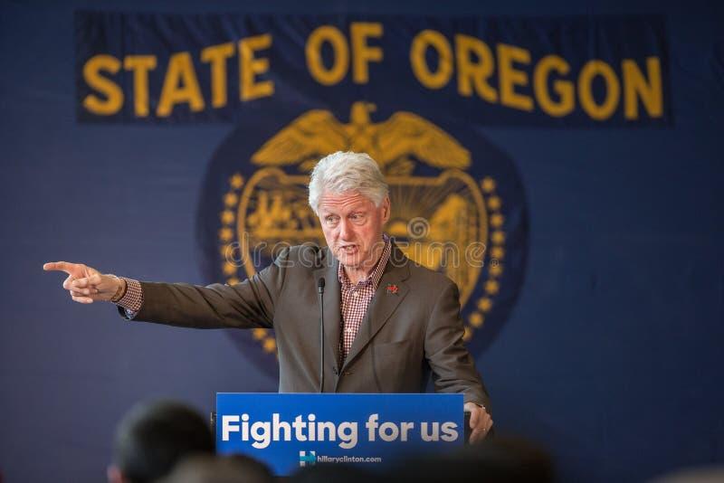 Bill Clinton Stumps för Hillary i krökningen, Oregon arkivbilder