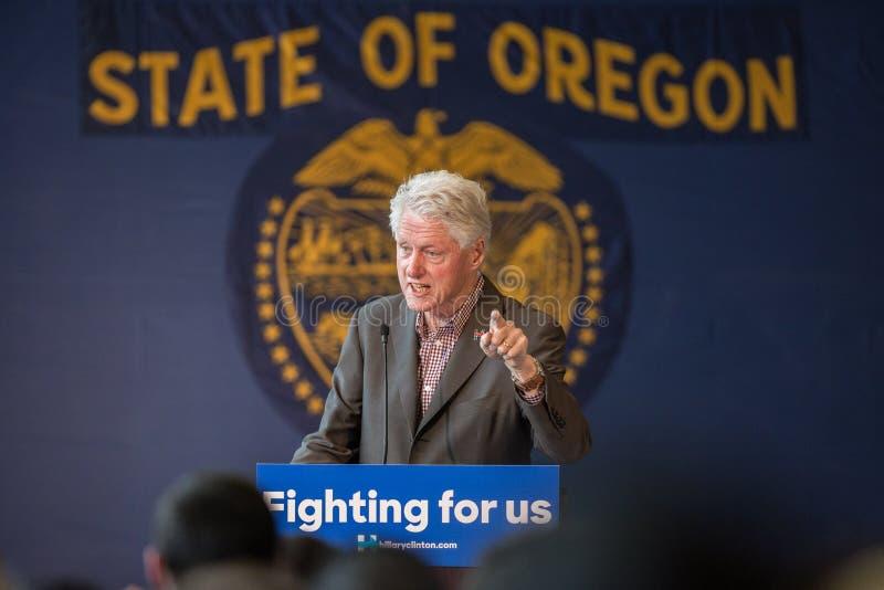 Bill Clinton Stumps para Hillary en la curva, Oregon fotos de archivo