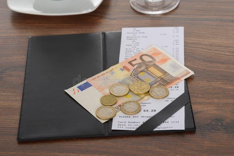 Bill com euro- nota na tabela fotos de stock