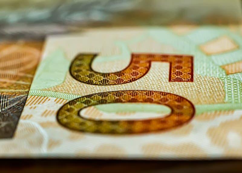 Bill del dinero brasileño real en cierre encima - del detalle de la nota brasileña del dinero en la cantidad de R $ 50 00 imagen de archivo