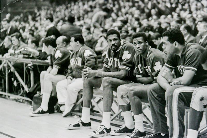 Bill Russell och KC Jones på Celticsbänk arkivbilder