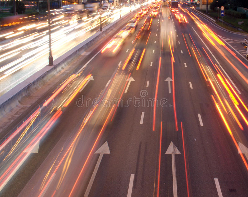 Billampatraces på natthuvudvägen royaltyfria foton