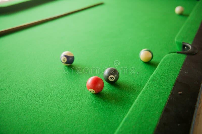 Billard-Bälle auf grüner billard Tabelle lizenzfreie stockfotos