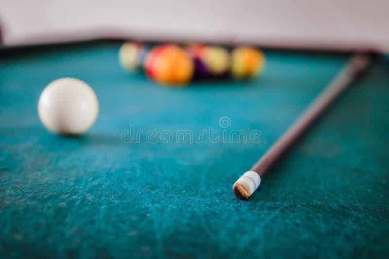 Billard dans une barre, une file d'attente et des boules sur la table, stoppant le temps photos libres de droits