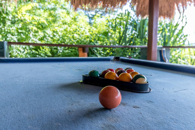 Billardkugeln in einem blauen Billardtisch, Spiel Draußen tropisches Café, Bali-Insel stockfotos