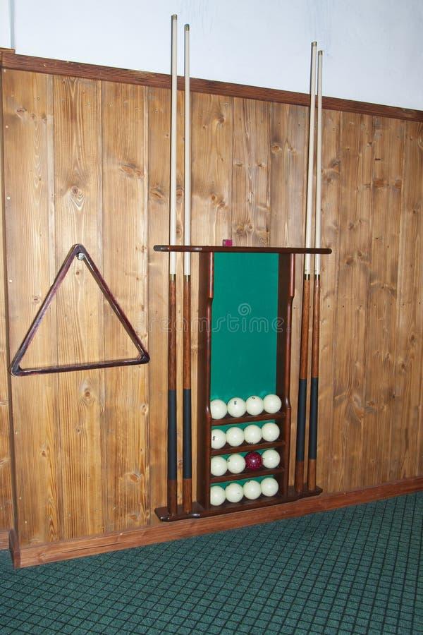 Billardkugeln liegen auf den Regalen, Stichwortspeicher und einem Satz Billard stockfotografie