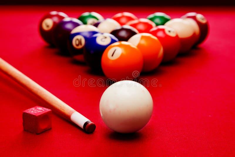 Billards水池比赛。母球,暗示在三角,白垩的颜色球 库存图片