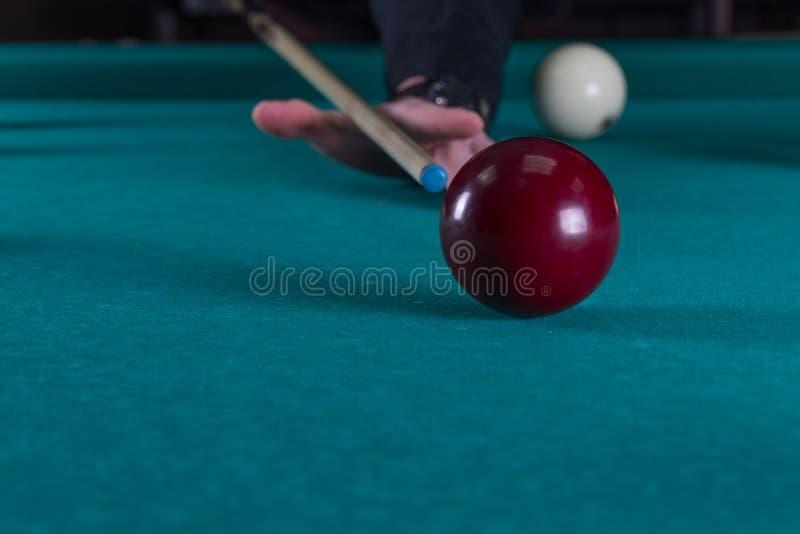 Billards de jeu boules de queue et de billard martelez la boule dans le trou photos stock