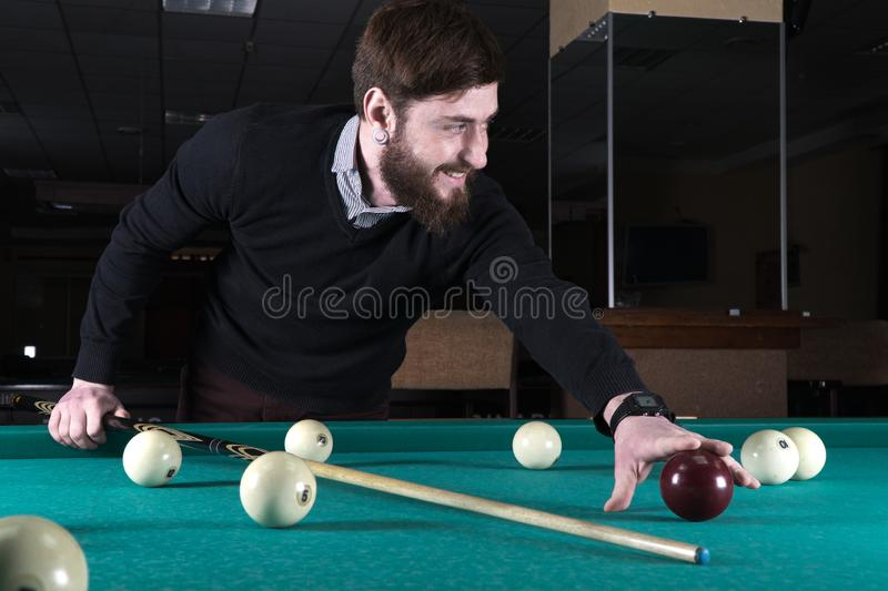 billards L'homme joue des billards loisirs cue photo stock