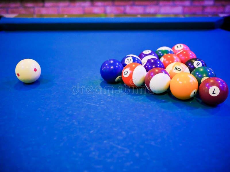 Billardsnooker-Pyramidenbälle auf blauer Tabelle des Pools stockfotos